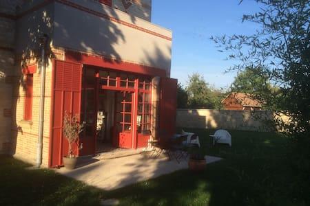 Chambre lumineuse sur le jardin - La Rochette - Apartamento