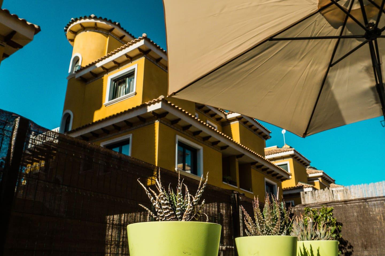 Nuestro gran chalet pareado es una construcción en 4 alturas, que incluye apartamento en planta sótano.