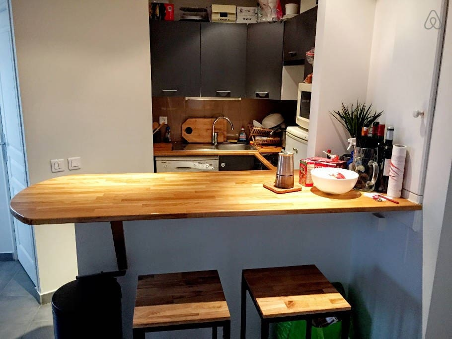 The open kitchen with the bar, a great place to hang and chat. Feel free to cook yourself something!