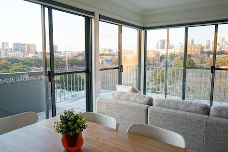 Chic Penthouse with Skyline Views - Glebe - Apartment