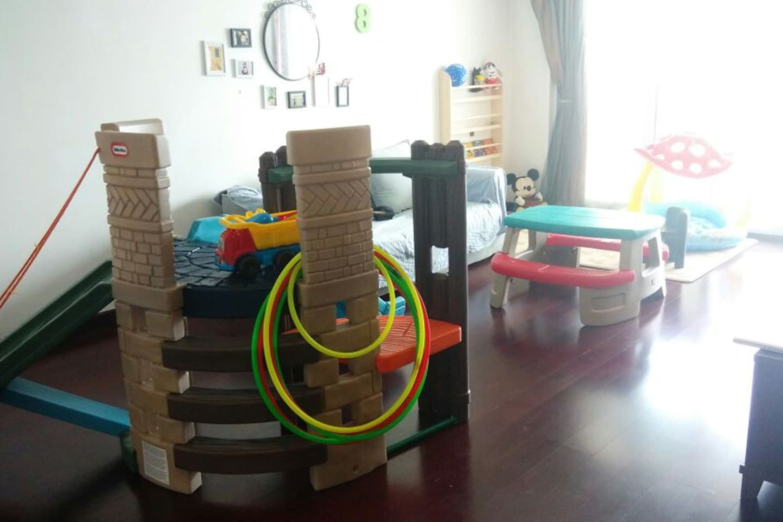 (Kids area )little tike 大型玩具,step2的儿童餐桌椅。韩国购回,国际最高安全标准LG游戏地垫。托马斯轨道。蹦蹦床。木质成套办家家玩具。这里整个就是孩子的游乐园; )