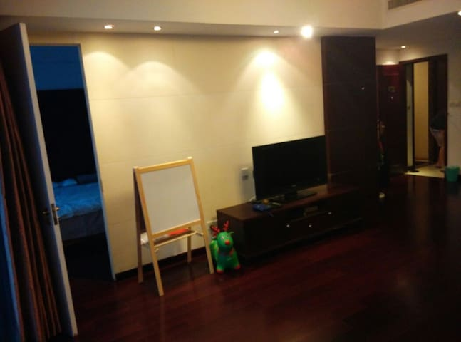 (Big living room with a sofa bed.#Twinsize#)客厅很大,有便携沙发床可供使用)International satellite/cartoons/films channel .HBO国际电视台,国际卫星电视,小米盒子(卡通片及海量国内外电影电视剧,应有尽有)