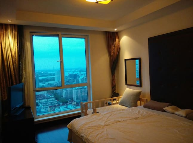 Good view, face to South and Huangpu River.(QueenSize bed)正南卧室,完美彩光,正对黄浦江景色。