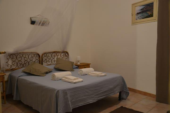 Una delle due camere da letto con letto matrimoniale, armadio, cassetti, scrivania e panca