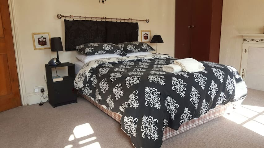 Big DBL room in cosy Victorian home - Urmston - Hus