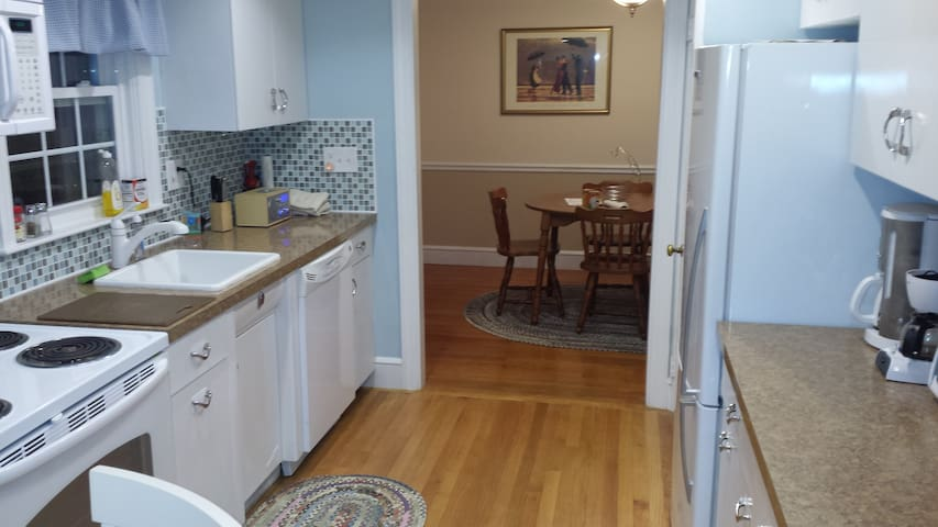Classic 3 BDRM/1BA Ranch Home - East Providence - 獨棟