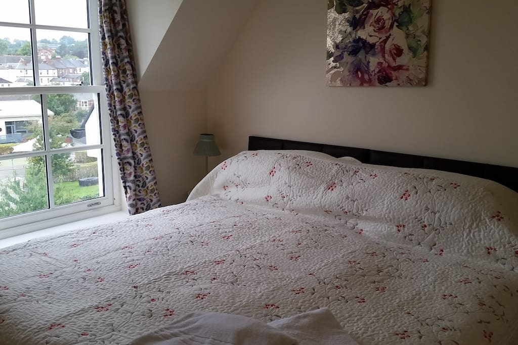 Super-King Bed with views over Well St