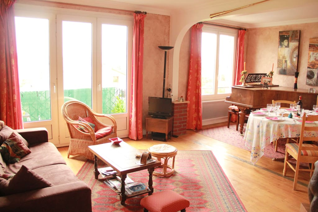 Salon / Salle à Manger Canapé lit 2 places, table salle à manger, piano à queue