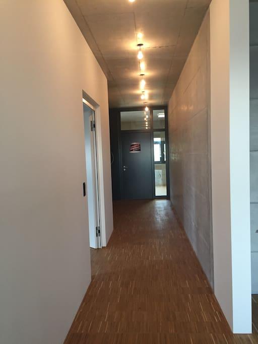 floor inside the flat. Flur innerhalb der Wohnung mit eigener Türe