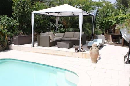 Bedroom in nice villa with swimpool - Châteauneuf-Grasse - วิลล่า