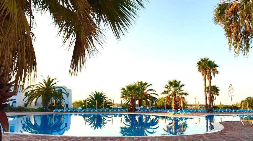 Apartamento com terraço e piscinas