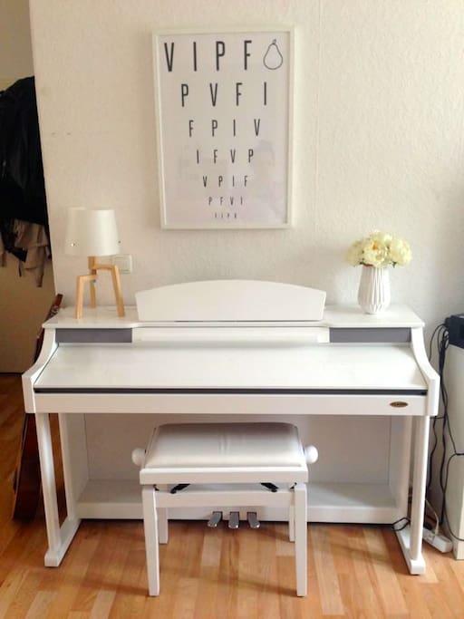 eigenes E-Piano im Zimmer
