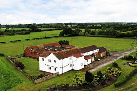 Deighton Lodge - Country Farmhouse - Sleeps 17 - York