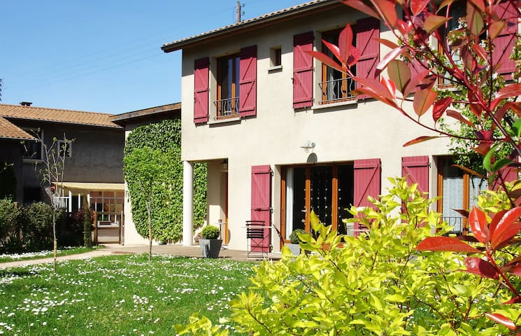 Biscotte B&B - sdb privées, parking, pdj offert - Décines-Charpieu - Bed & Breakfast