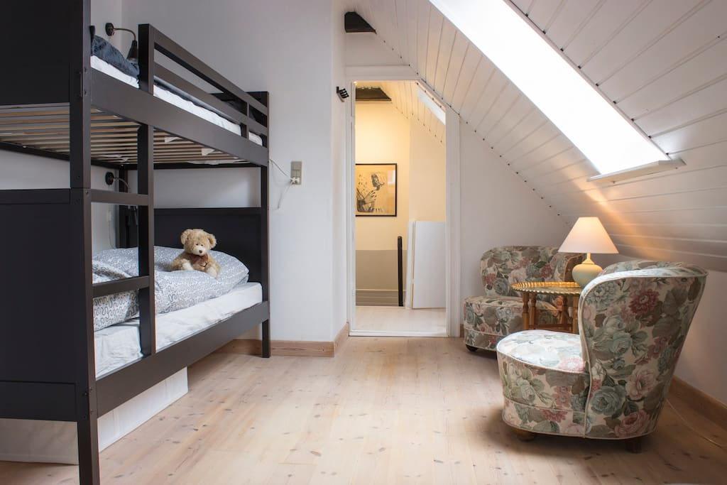 soveværelset med køjeseng samt to enkeltsenge