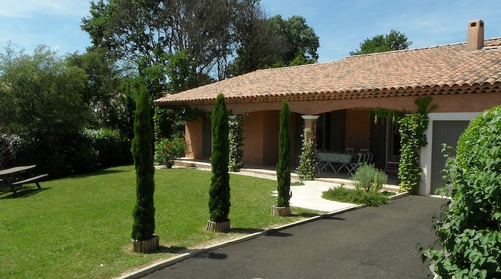 Villa with garden in exclusive residence + pool