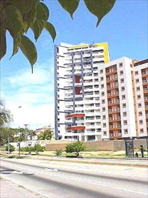 Edificio desde la Avenida Bolivar