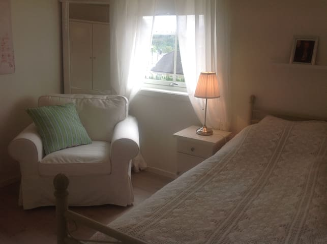 Room in new villa, all facilities - free parking - Ålesund - Huvila