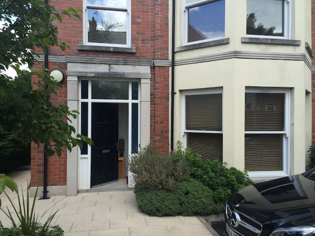 Modern ground floor 2 bedroom apt - Holywood