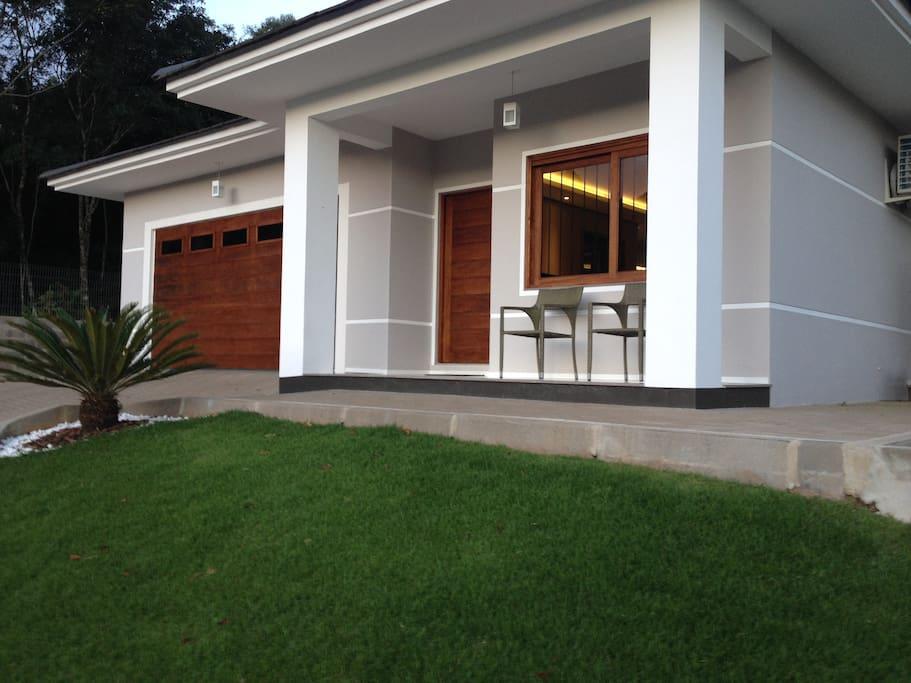 Casa contempor nea c piscina casas para alugar em for Raccordo casa contemporanea