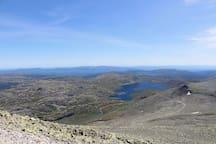 Fra Gaustadtoppen er det en fantastisk utsikt. Det går tog inne i fjellet nesten helt til toppen.