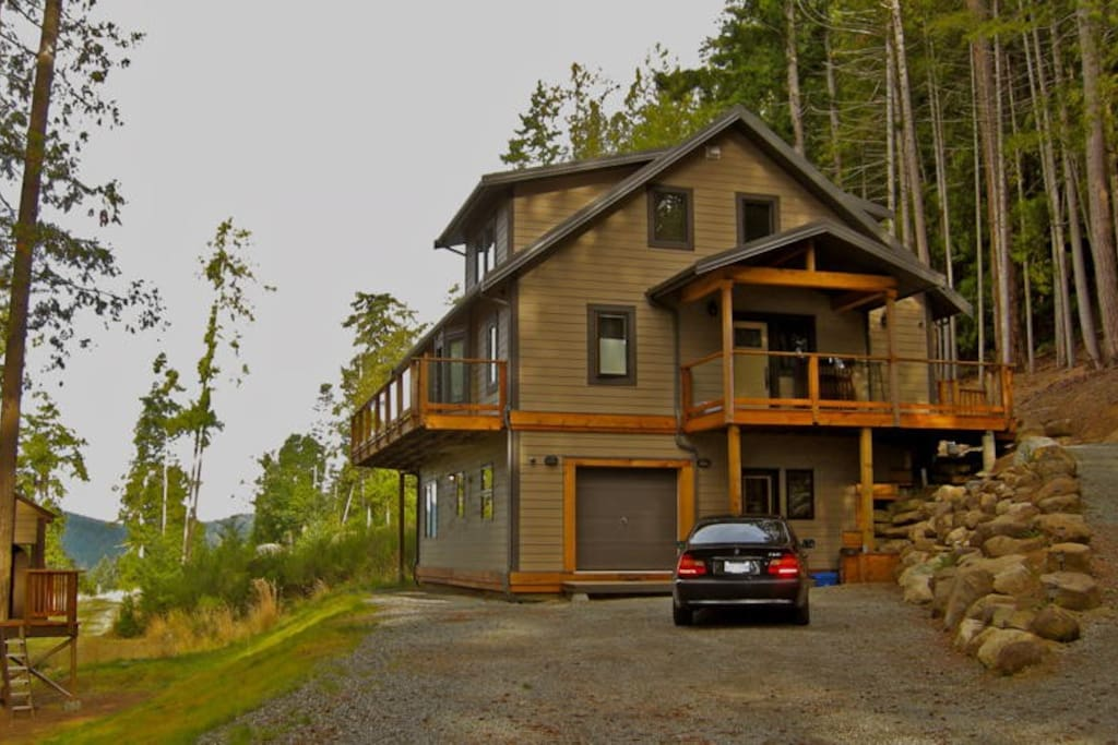 Beautifully nestled in forest with views to water and mountains