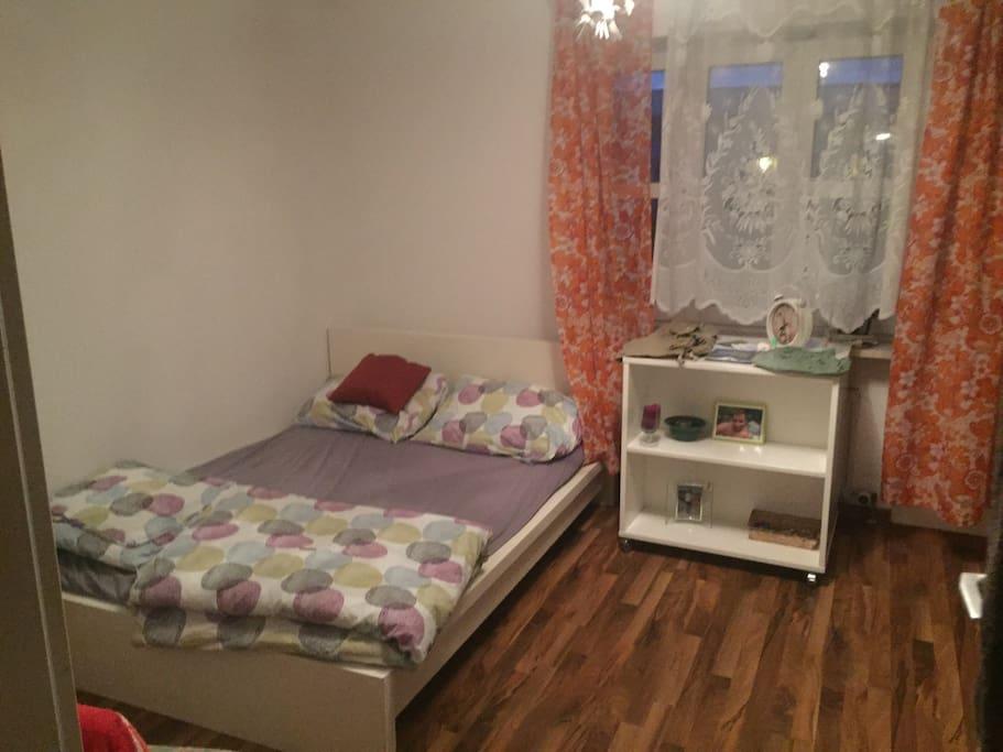 Zimmer zur Untermiete neuer parket mit Doppelbett