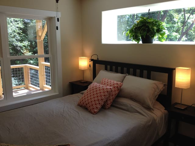 Private floor, stroll to W. AVL - Asheville - Appartement