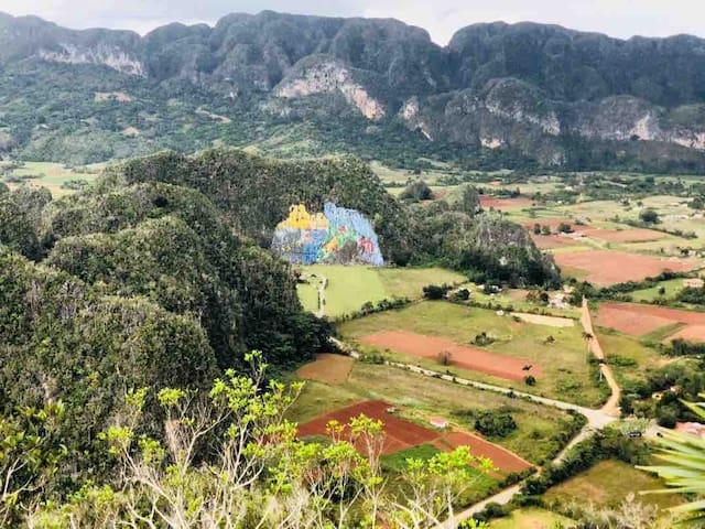 Una de las vistas más hermosas de Viñales, El Mural de la Prehistoria.