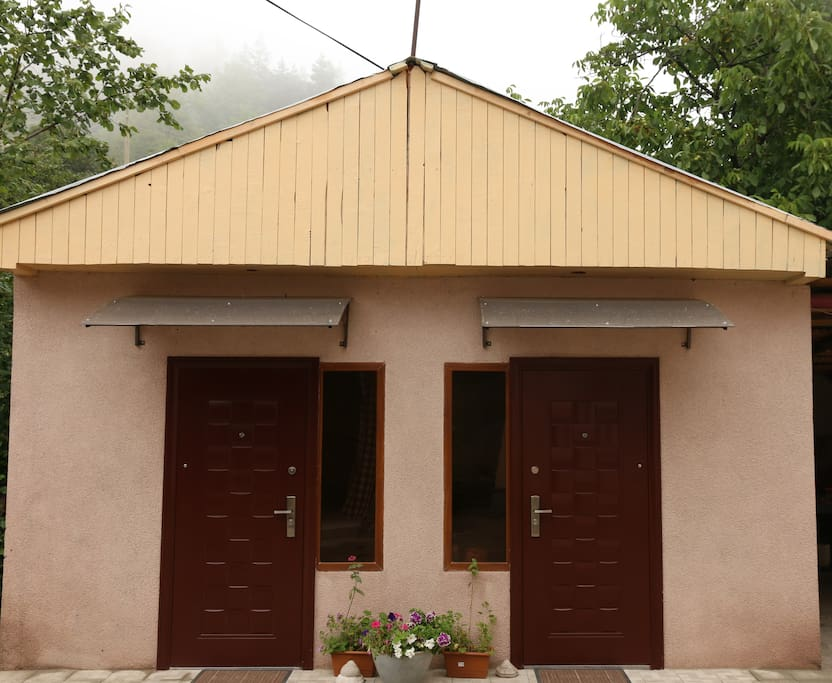 the cottage has 2rooms,in every rooms can stay 2people,every room has his bathrooms.