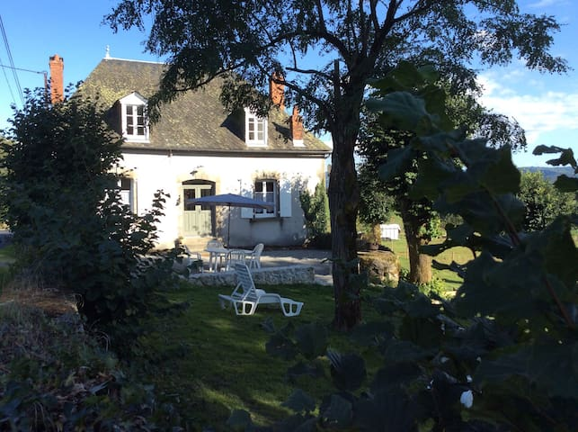 Gîte  8 à 12 personnes Champagnac ( Cantal )
