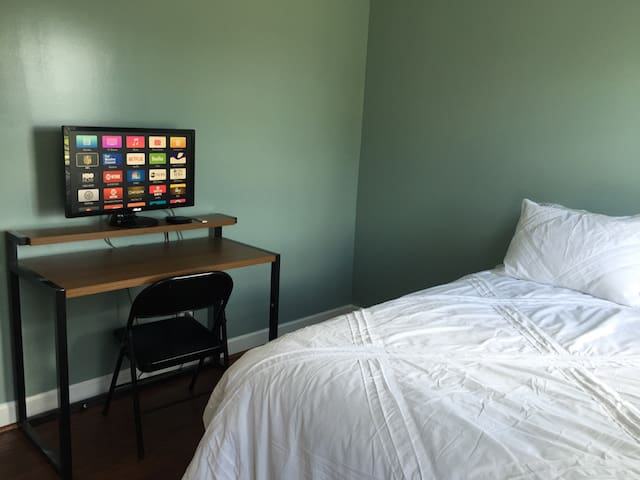 Cozy bedroom  in House on very quiet Cul-de-Sac - Raleigh - Dom