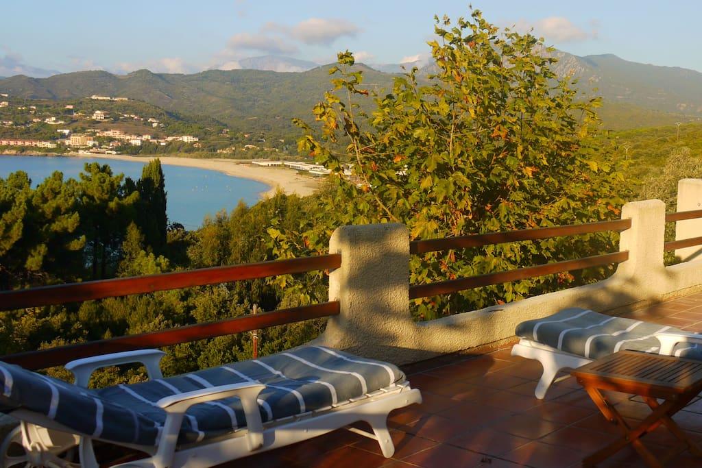 prachtig terras met uitzicht over zee en bergen