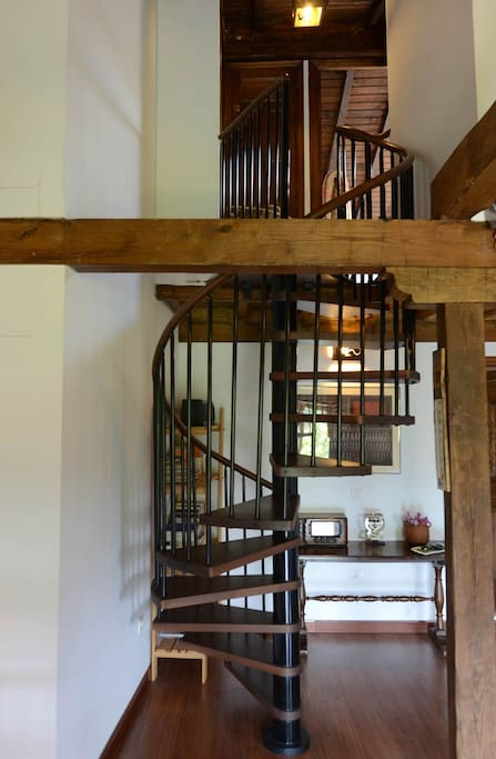 Escalera de caracol muy comoda para subir a las habitaciones