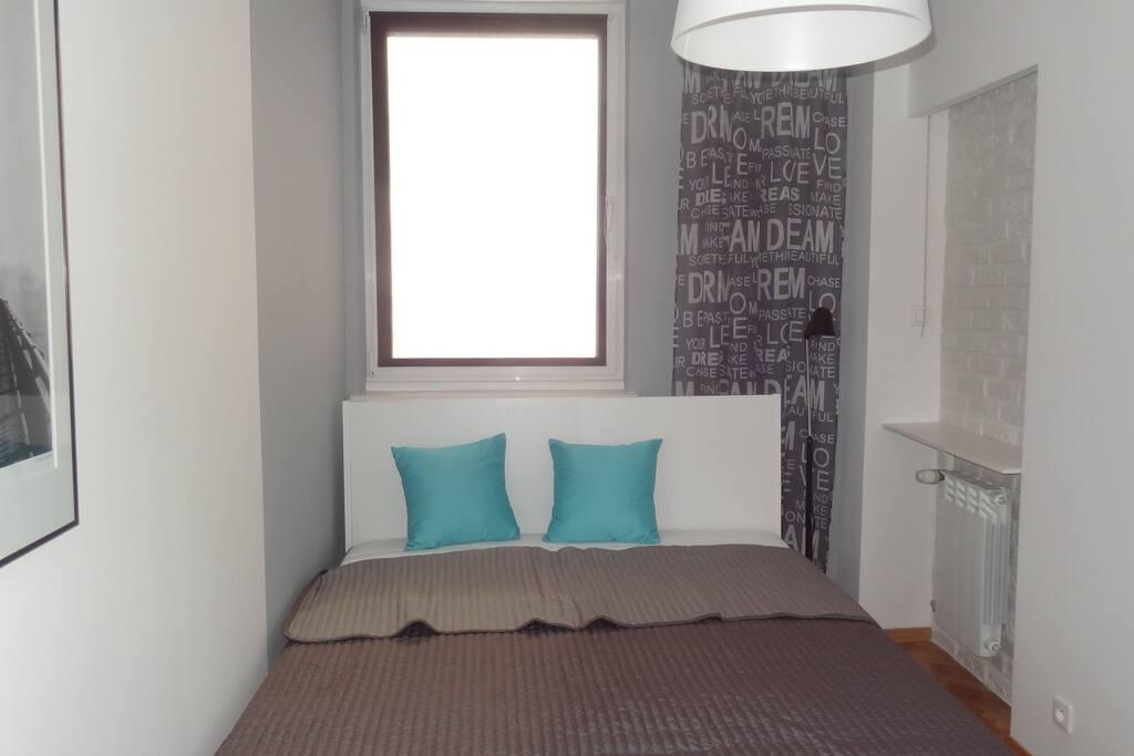sypialnia z łóżkiem dwuosobowym