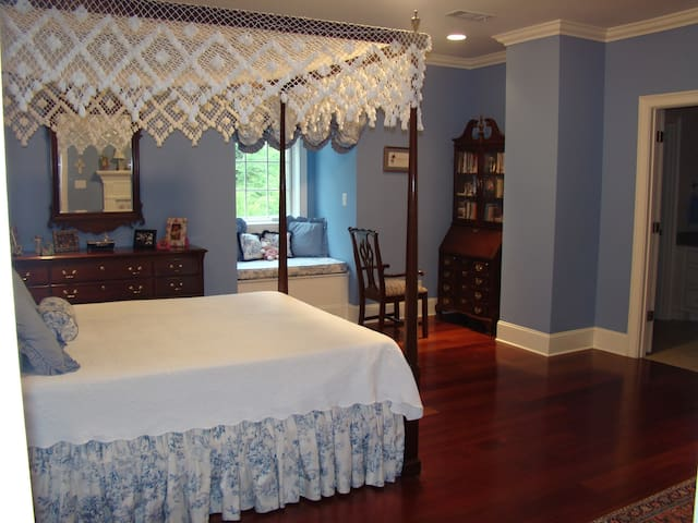 Queen Bed with Bath - Tupelo - House