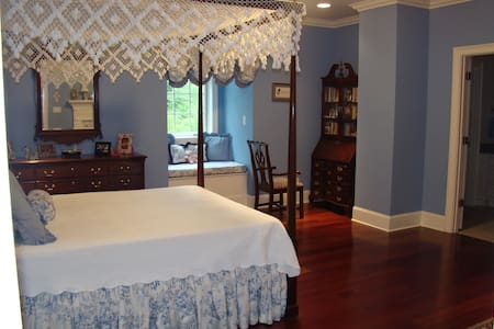 Queen Bed with Bath - Tupelo - Dom