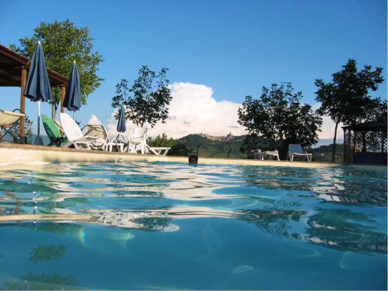 la piscina con vista su Todi