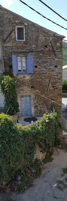 la maison avec la terrasse du bas