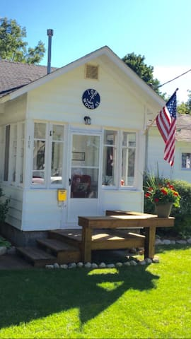 Charlevoix, cozy, in town get away! - Charlevoix - House