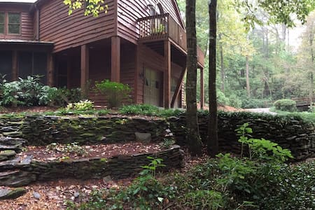 Unique, Wooded Cabin w/ Private Two Bedroom Suite - 桑迪斯普林斯(Sandy Springs)