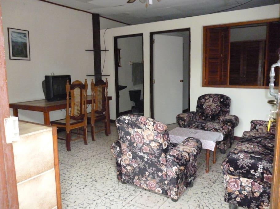 Apartamento con una recamara, baño privado, cocina, sala y comedor