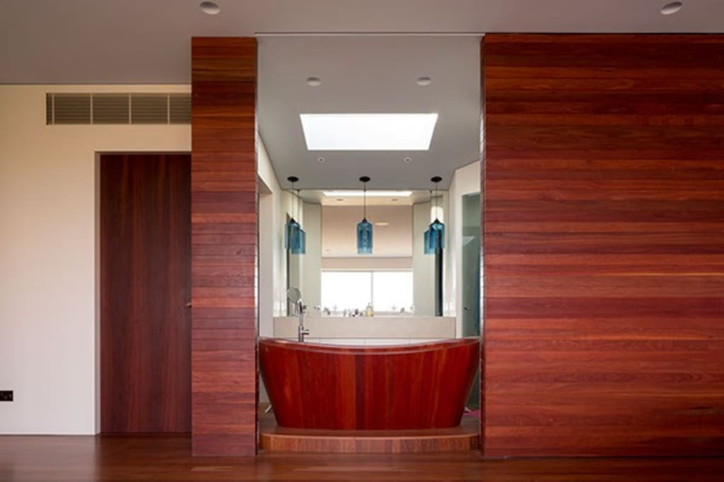 Wood panelling throughout, master ensuite bath