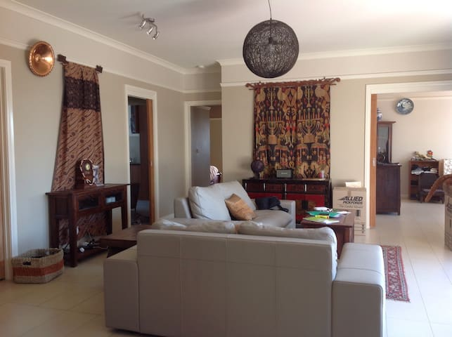 Modern Cosy home, Pet friendly, City end - Ainslie - Rumah