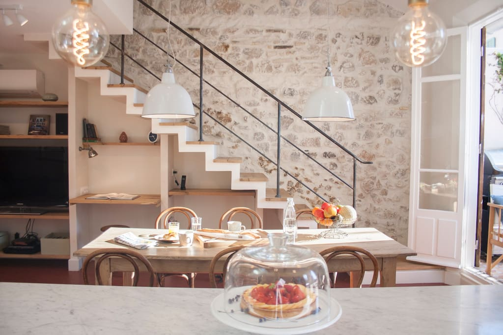 dining room and stairs to Chambre Sable