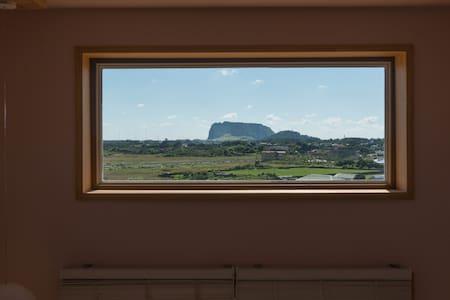 성산일출봉과 우도가 한눈에 보이는 조용하고 아늑한 복층형2인실 - Seongsan-eup, Seogwipo-si