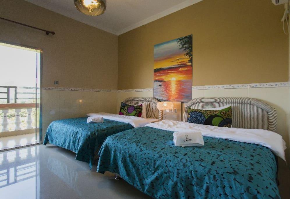 每间房配两张床,带独立洗手间,