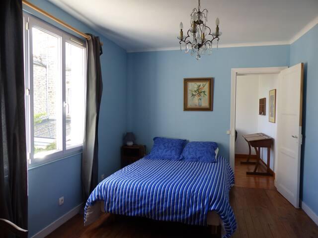 Chambre au 1er étage.  Lit 140x200