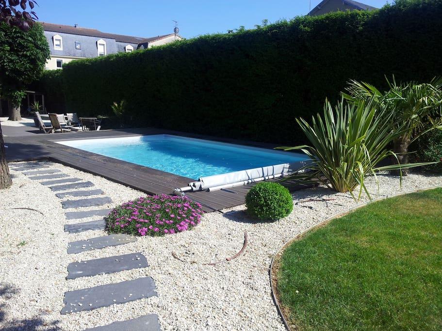 Jardin avec piscine aux beaux jours et grande terrasse