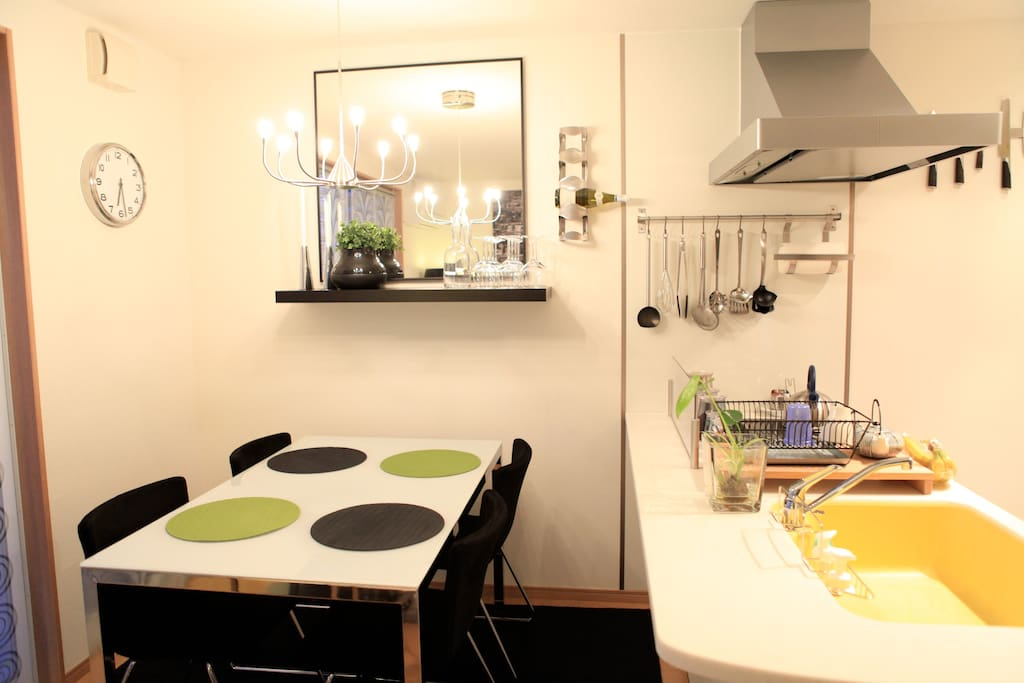 キッチン用具、食器は全て完備!All the dishes and kitchenware including rice cooker and microwave.
